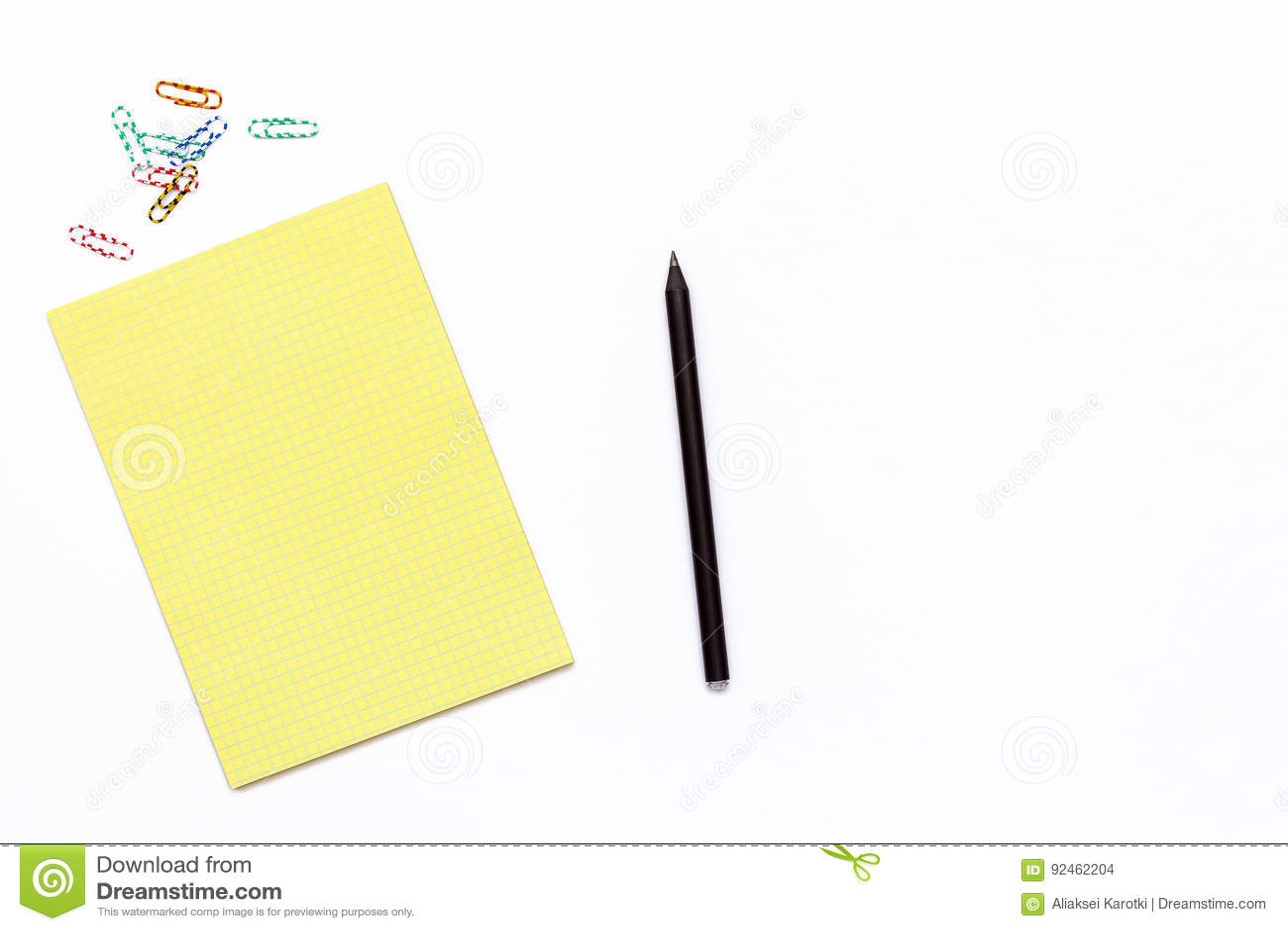 Żółty Notepad, klamerka, ołówkowa i papierowa Minimalny biznesowy pojęcie pracujący miejsce w biurze
