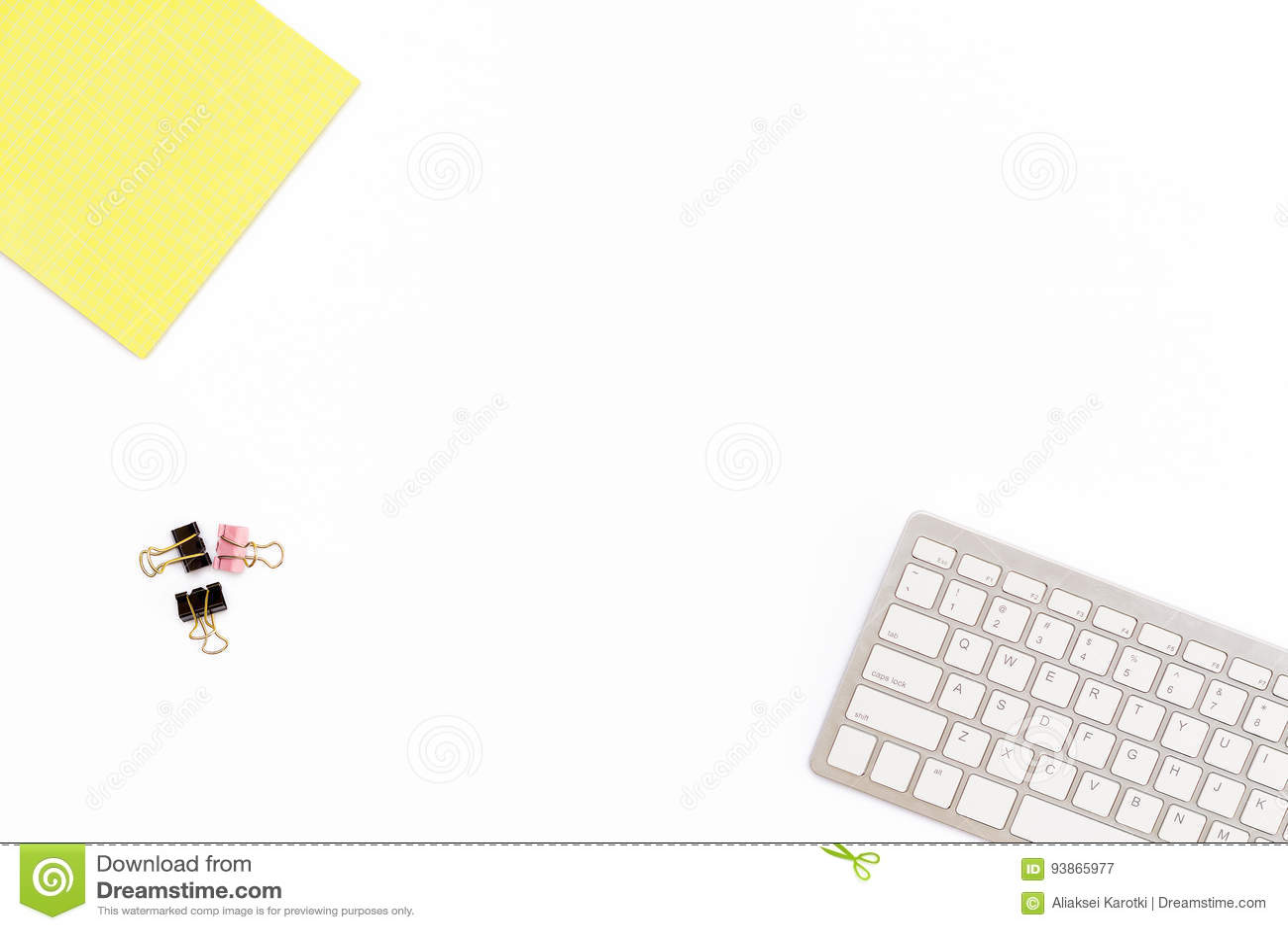 Żółty Notepad, komputerowa klawiatura i klamerki dla papieru na białym tle, Minimalny biznesowy pojęcie dla desktop w biurze