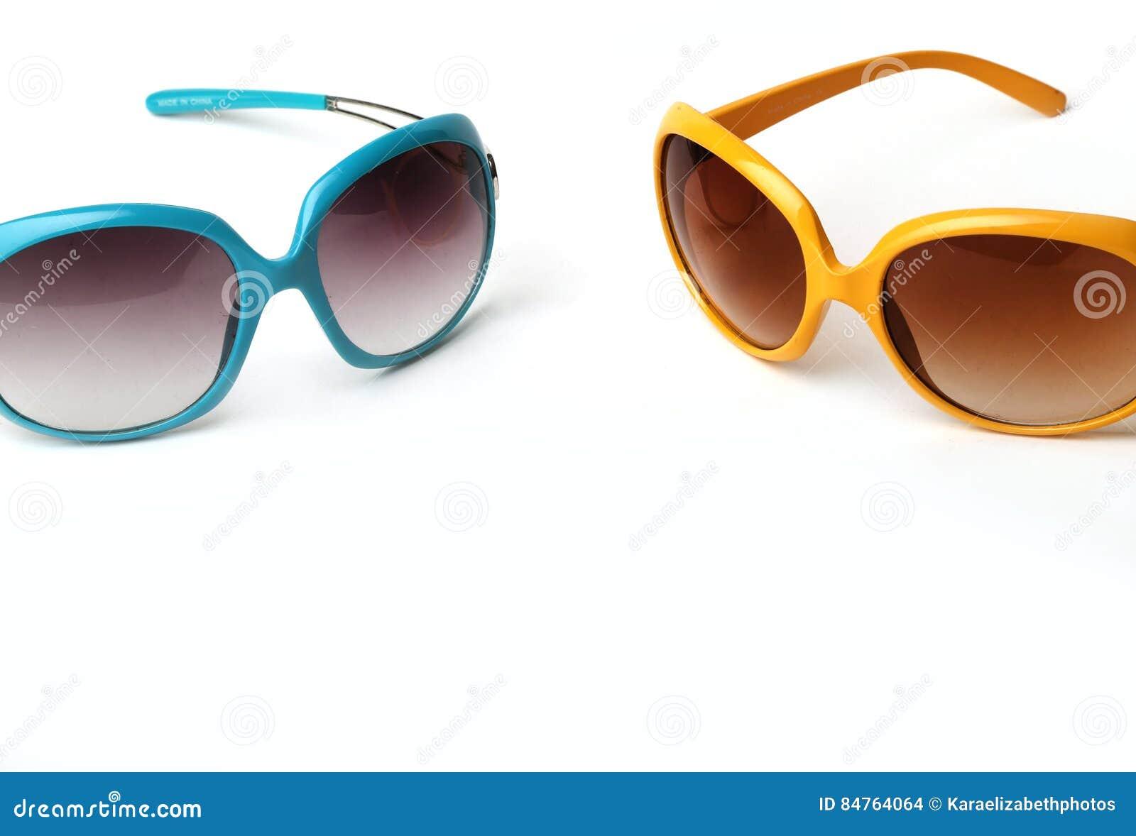 Óculos de sol azuis e amarelos em um fundo branco