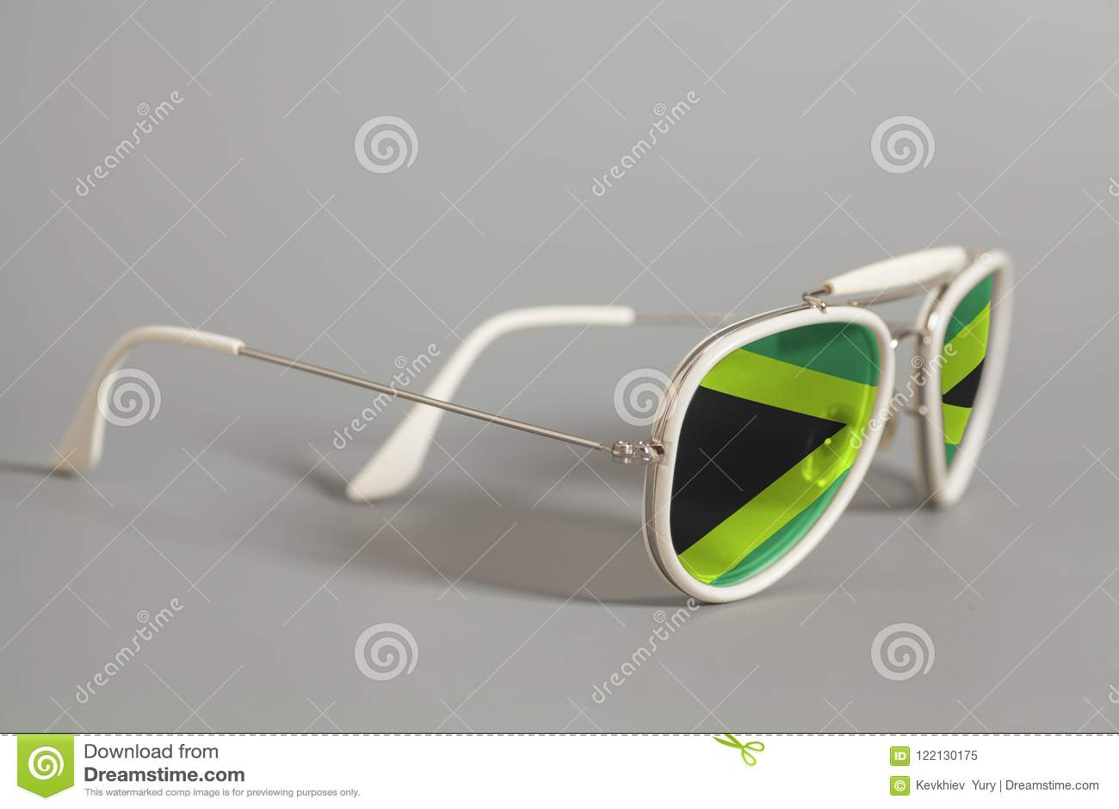 Óculos De Sol Brancos Com Bandeira De Jamaica Imagem de Stock ... 4ba5898394