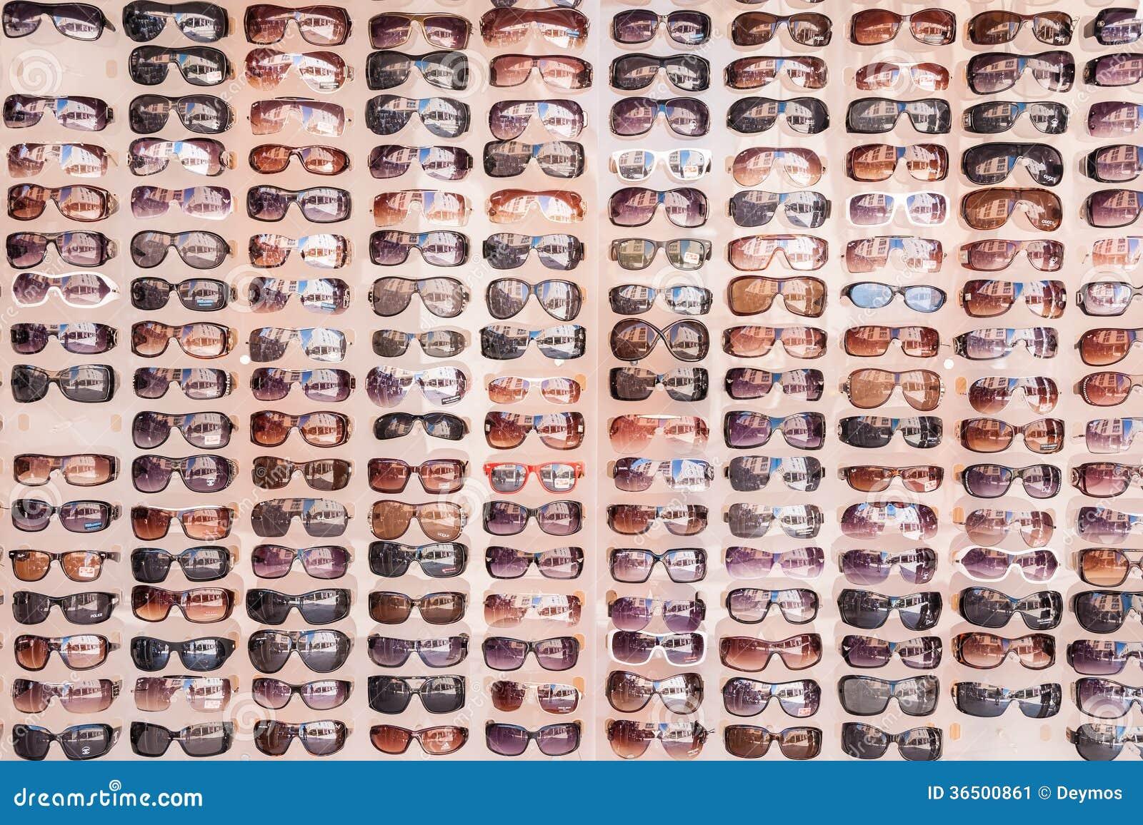 e76081c34b775 Os óculos de sol na exposição ofereceram aos turistas e aos visitantes no  mercado das ruas de Zadar, Croácia (reflexão dos marcos visíveis no vidro)  no ...