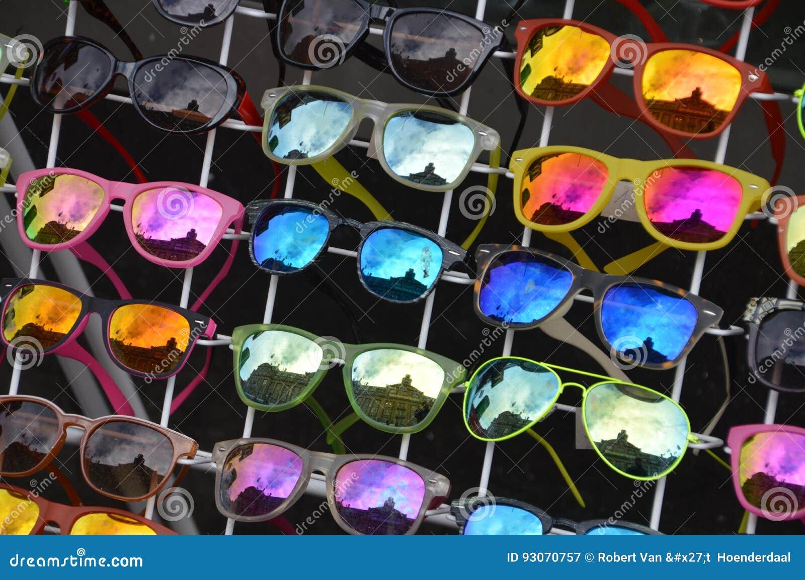 ad3426bfb Vendendo óculos de sol para a venda Com reflexões de uma construção no vidro