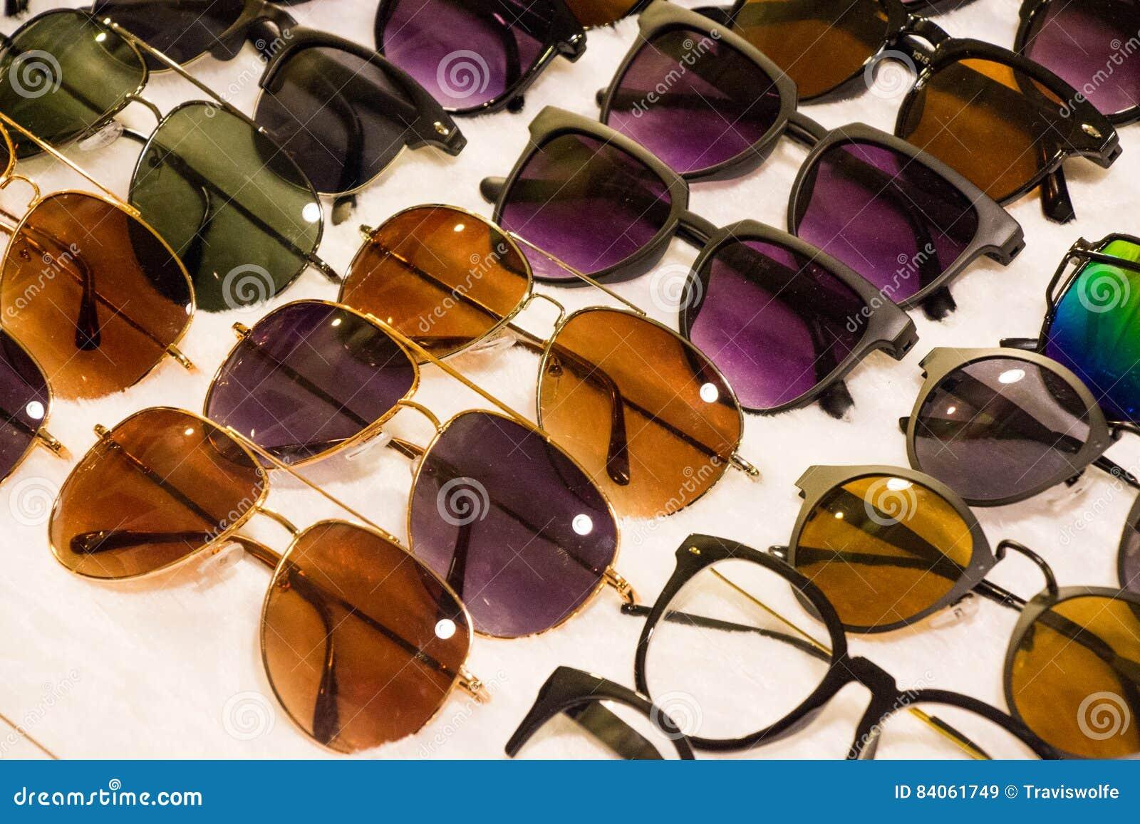 487c91b6b Óculos de sol sortidos para a venda em um mercado local com as lentes e  fato descontados agradáveis para todos os tipos dos povos a vestir Melhora  a visão e ...