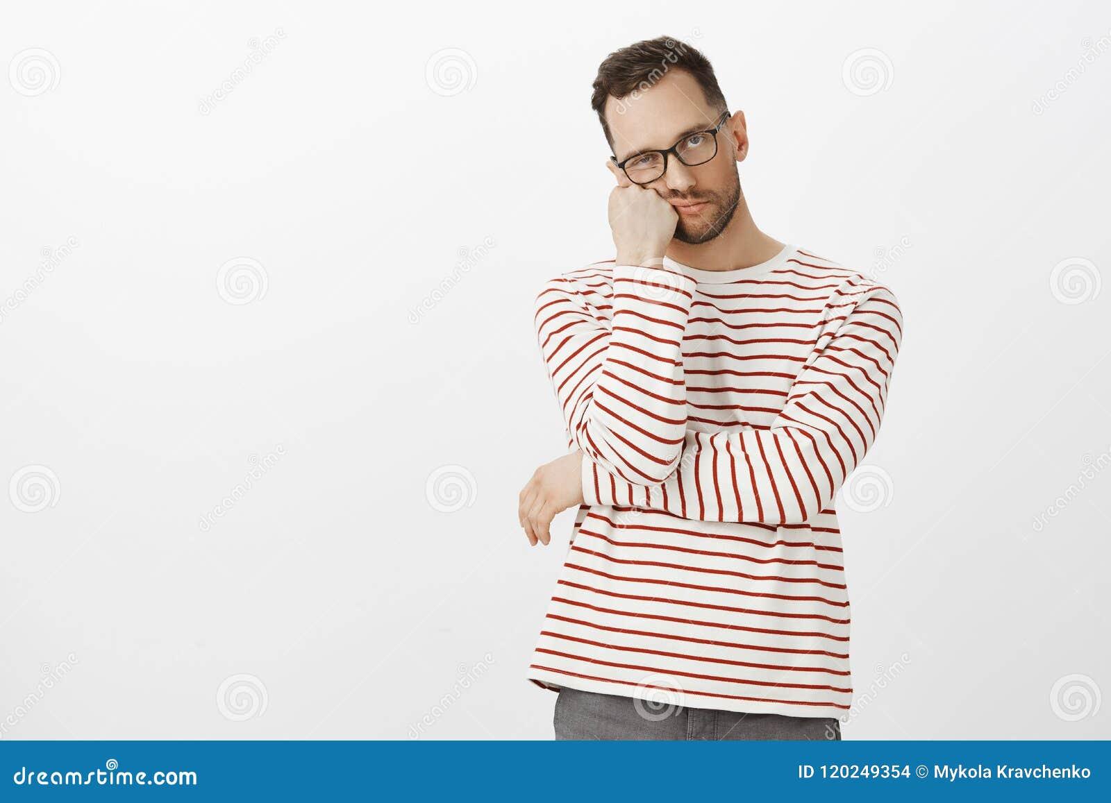 Ódio que espera nas filas Retrato do indivíduo considerável cansado irritado com a cerda no eyewear preto, cara de inclinação dis