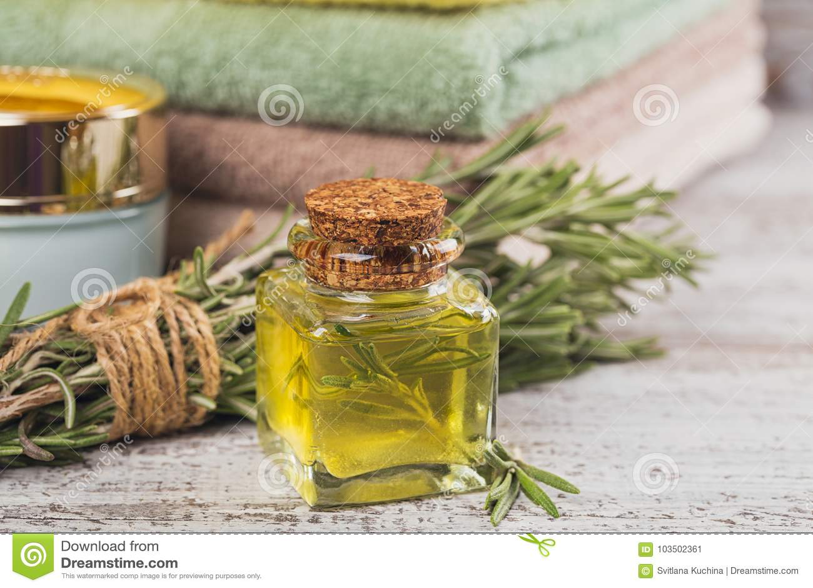 Óleo cosmético natural e sabão feito a mão natural com alecrins sobre