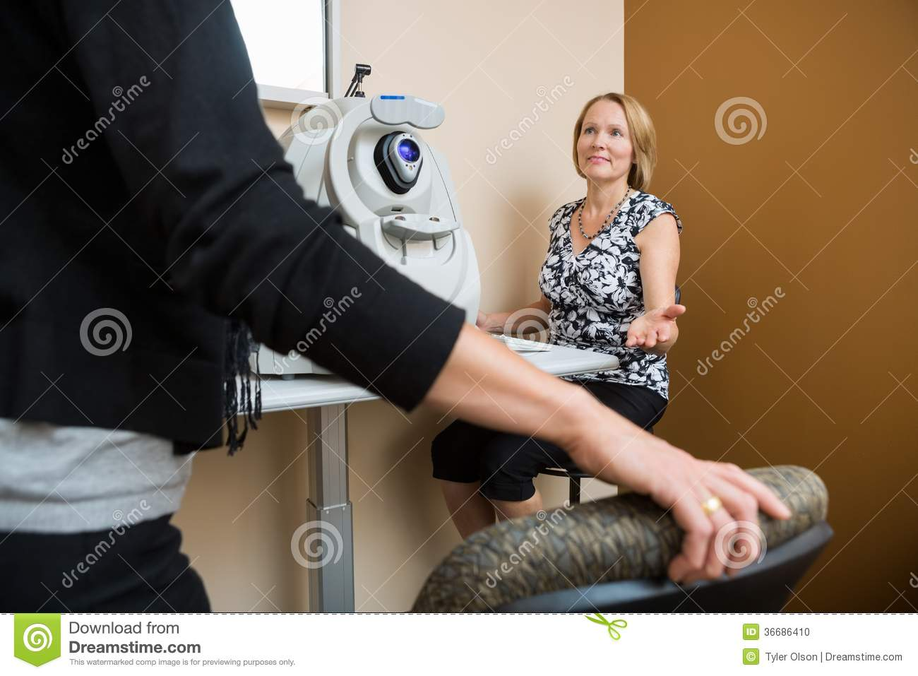 Óptico Asking Patient To Sit In Store