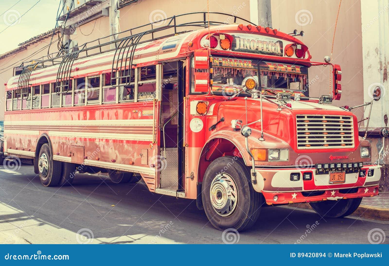 Ônibus colorido em Granada, Nicarágua