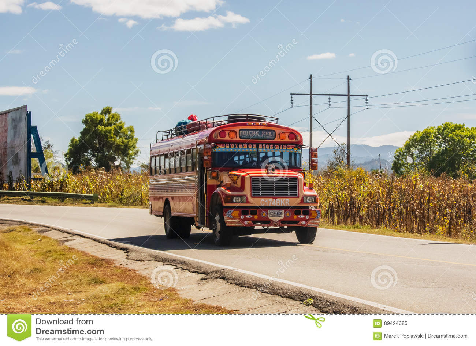 Ônibus colorido na estrada nas montanhas da Guatemala