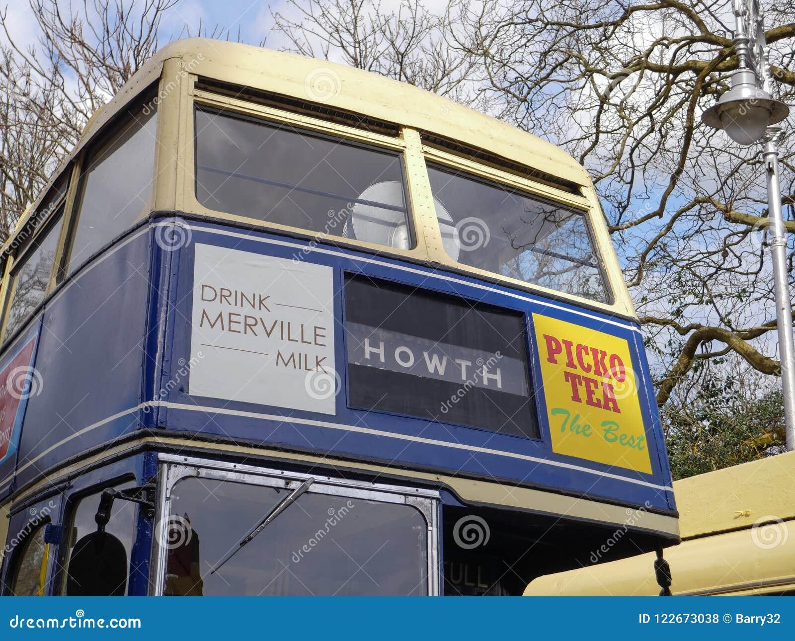 Ônibus 1970 do ônibus de dois andares do ` s Dublin do vintage na libré azul e amarela