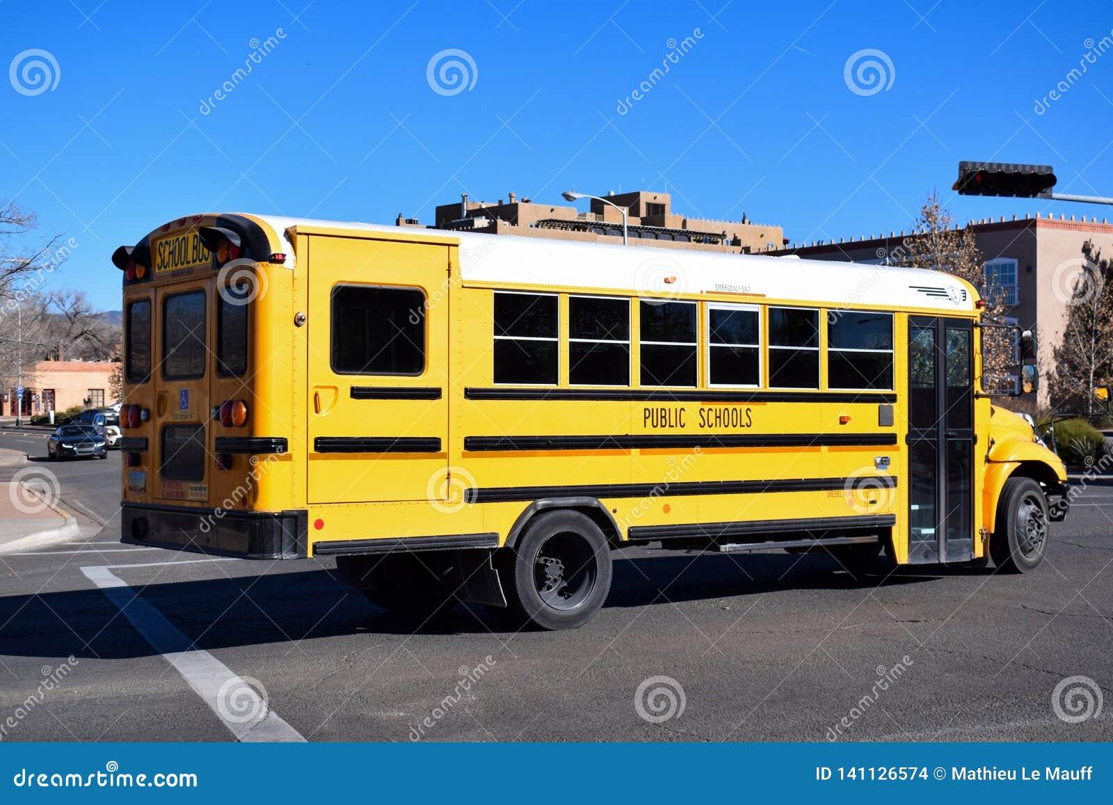 Ônibus escolar amarelo americano em New mexico