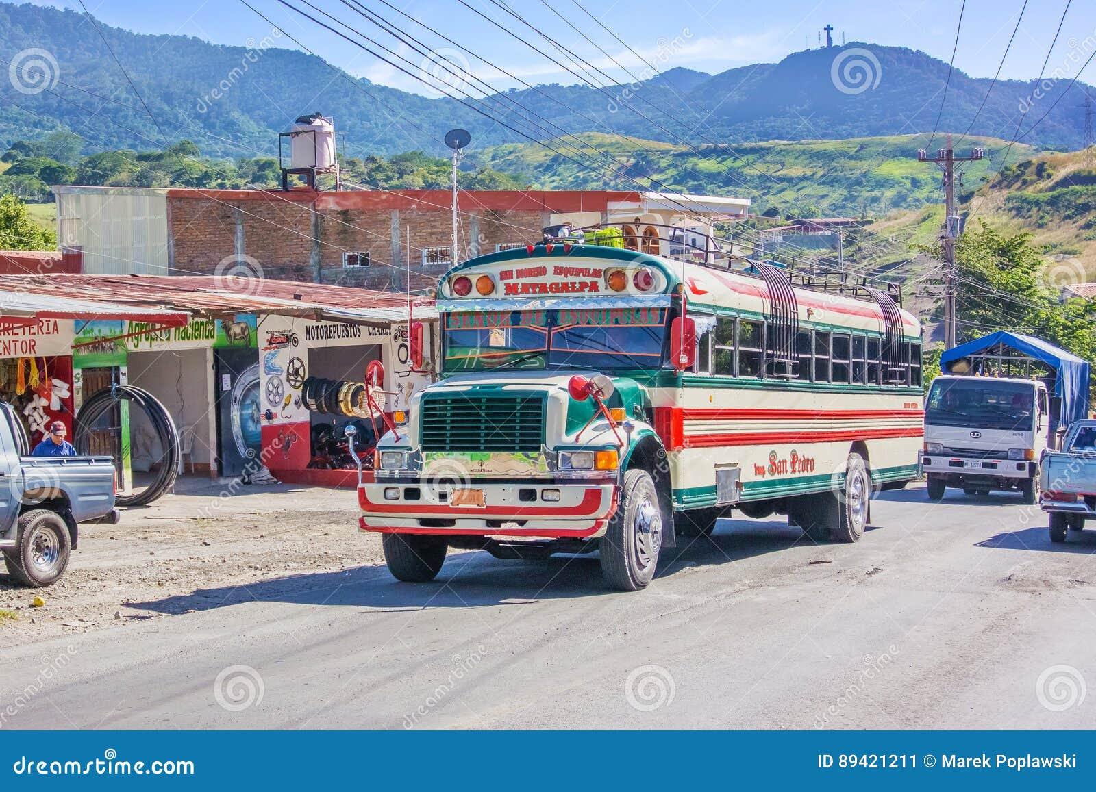 Ônibus local colorido na cidade de Matagalpa em Nicarágua