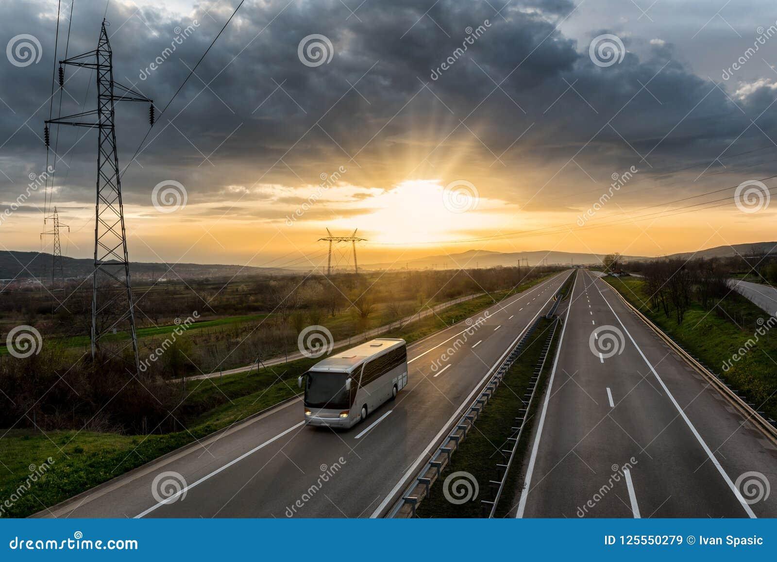 Ônibus que viaja em uma estrada só