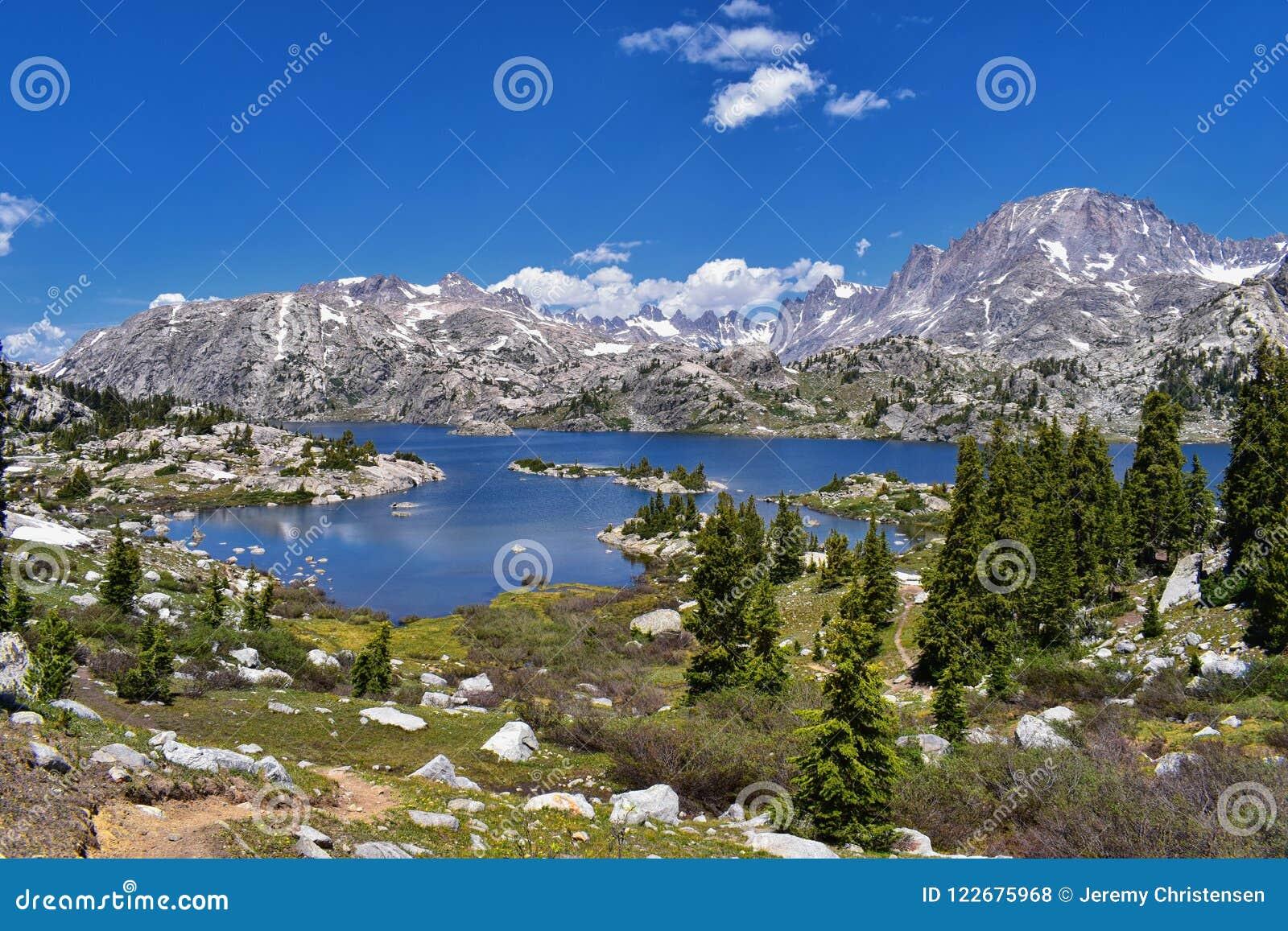 Ö sjö i det Wind River området, Rocky Mountains, Wyoming, sikter från fotvandring som fotvandrar slingan till den Titcomb handfat