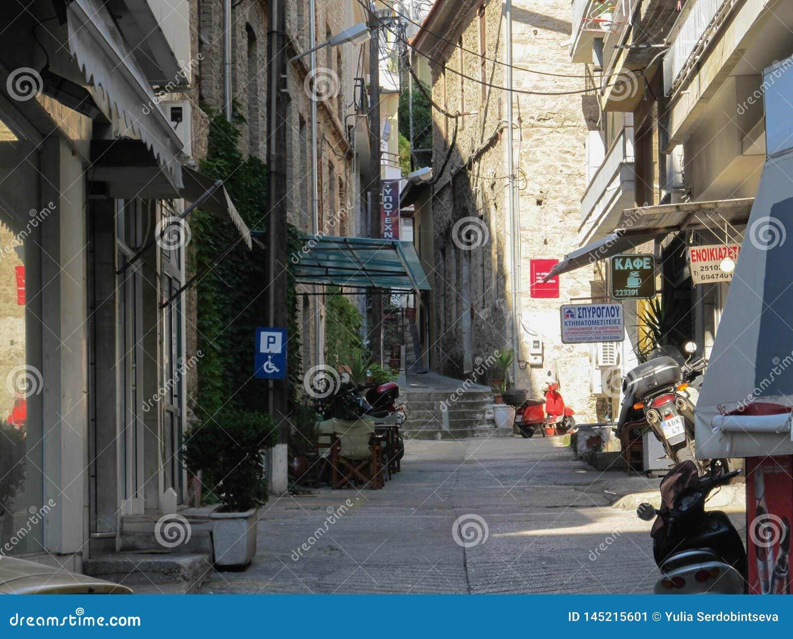 Öde sida-gata med ett parkera tecken för handikappade personer Grekland Kavala - Sertember 10, 2014