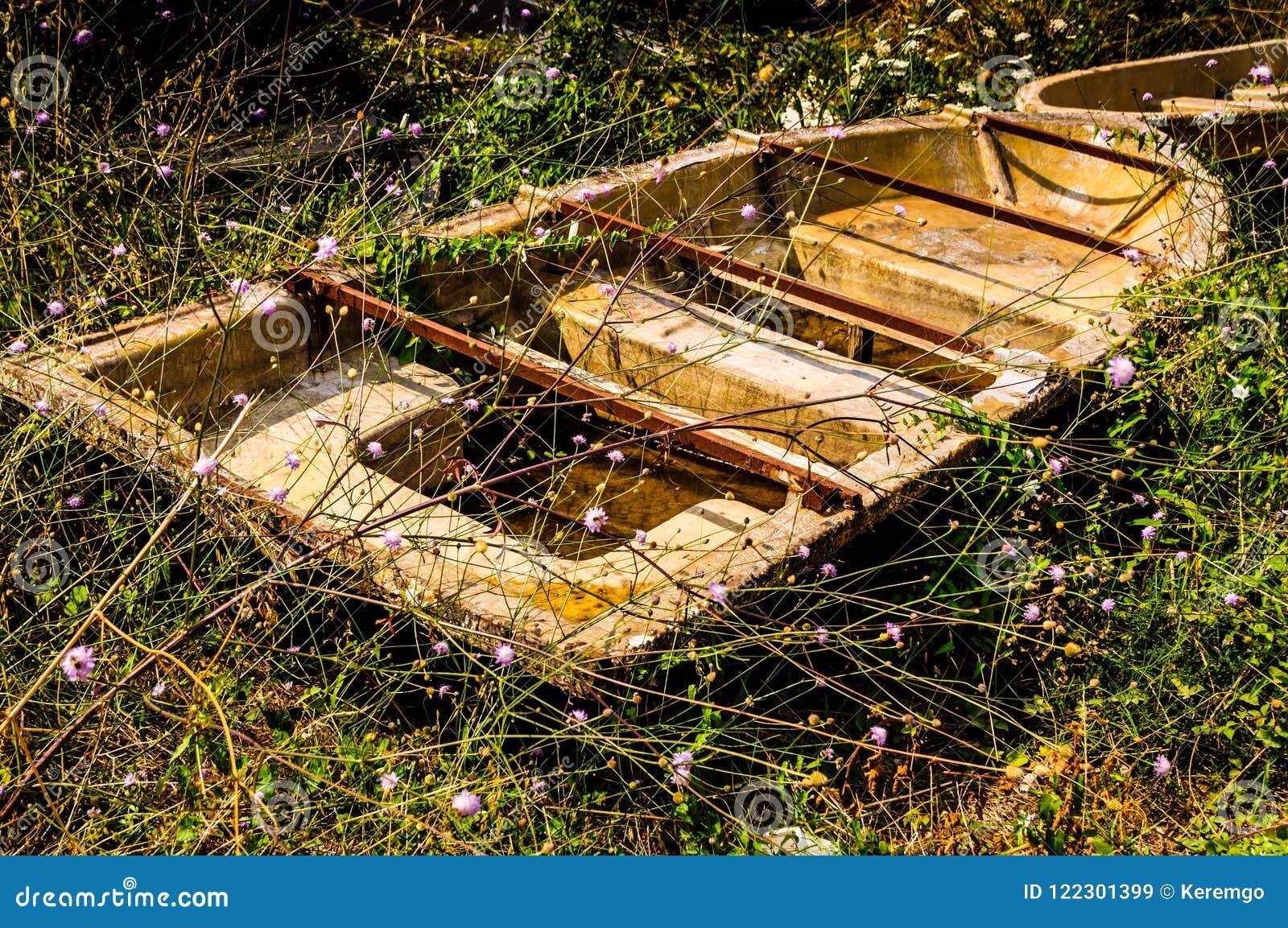 Ödelagd roddbåt i den naturliga miljön för bygd - Turkiet