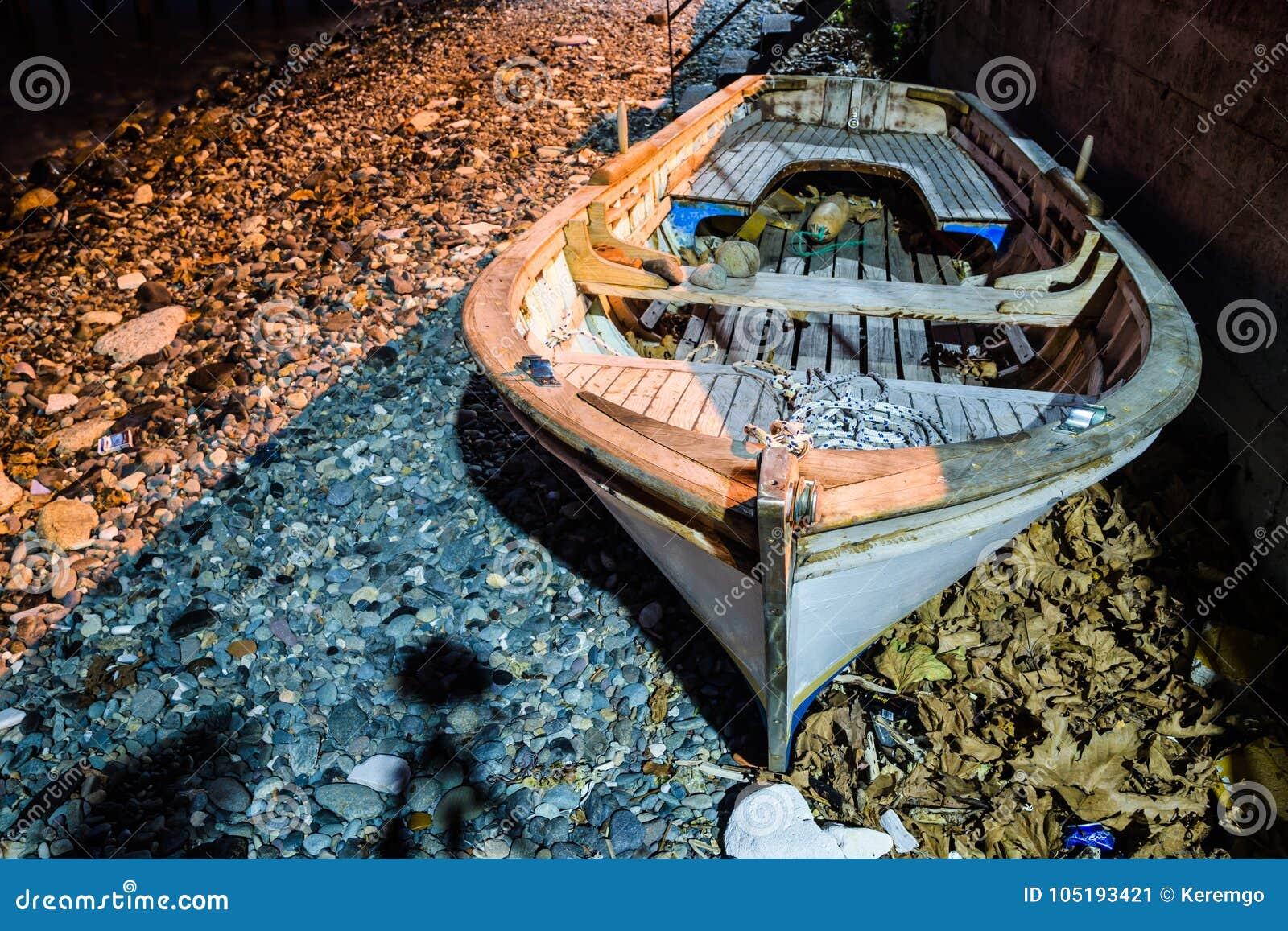 Ödelagd roddbåt på kusten