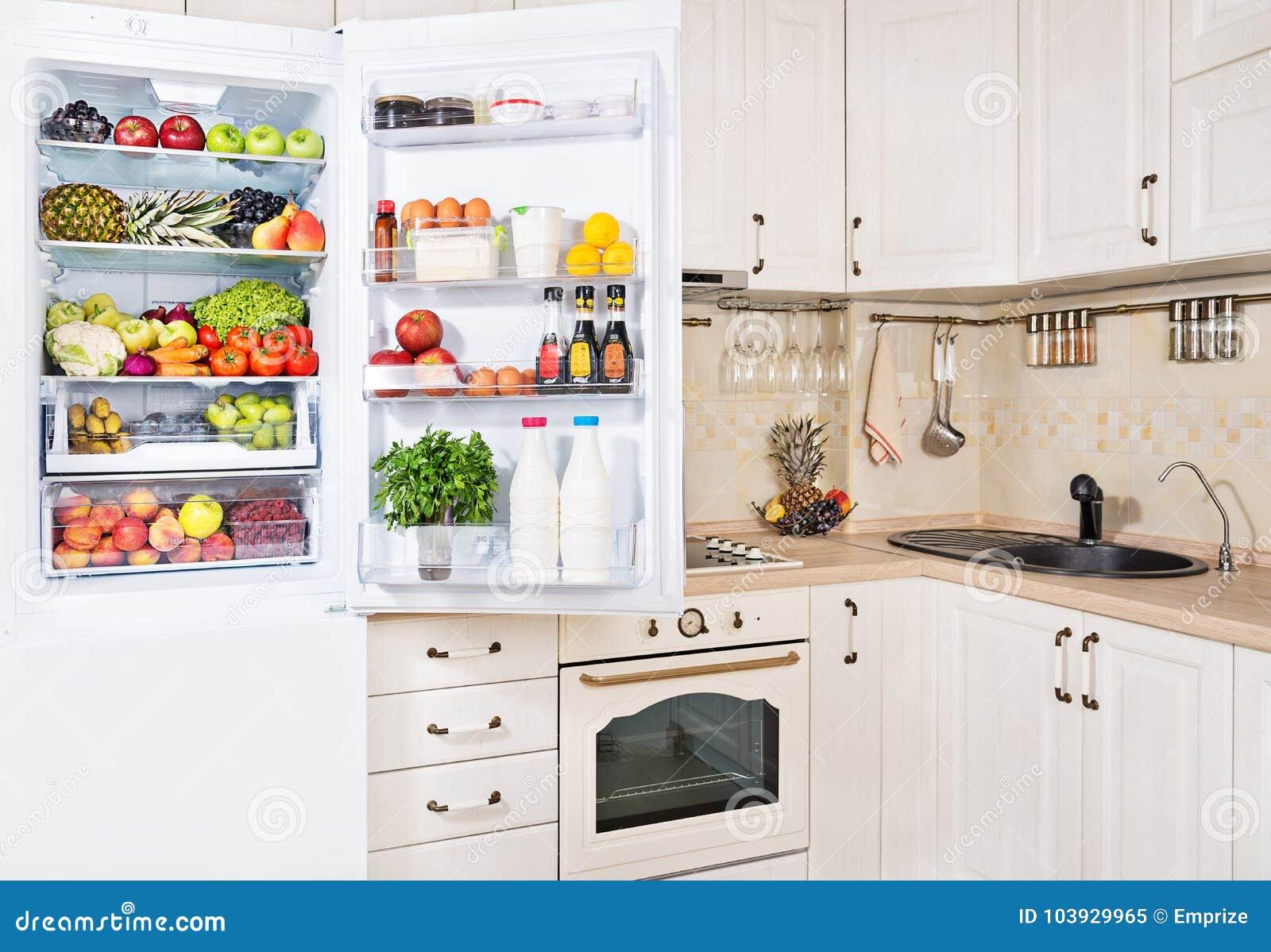 Kühlschrank Quadratisch : Öffnen sie den kühlschrank der mit frischen früchten gemüse und