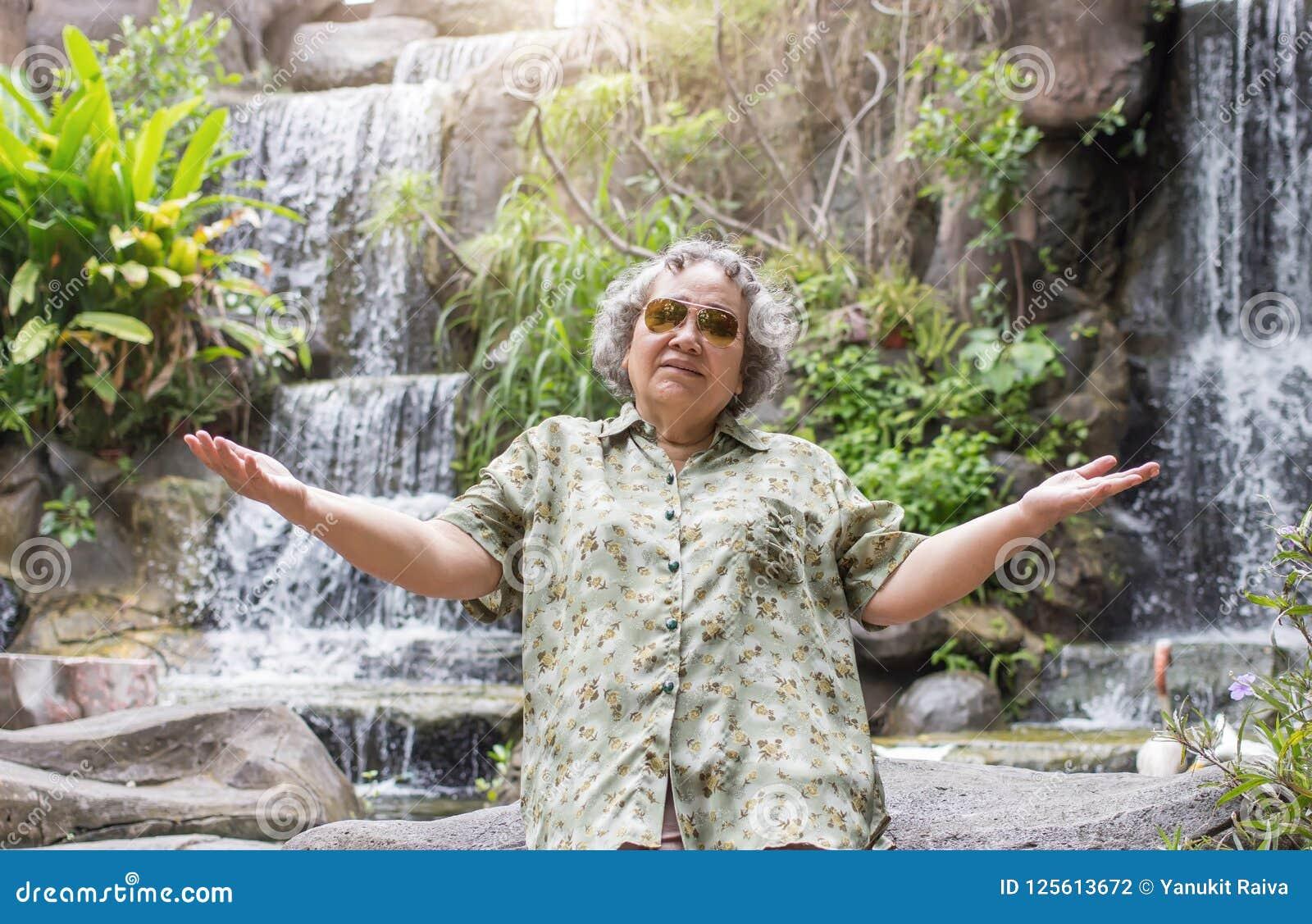 Öffnen Sie die Aktionshand des Seniors gealtert mit glücklichem gehen zu reisen