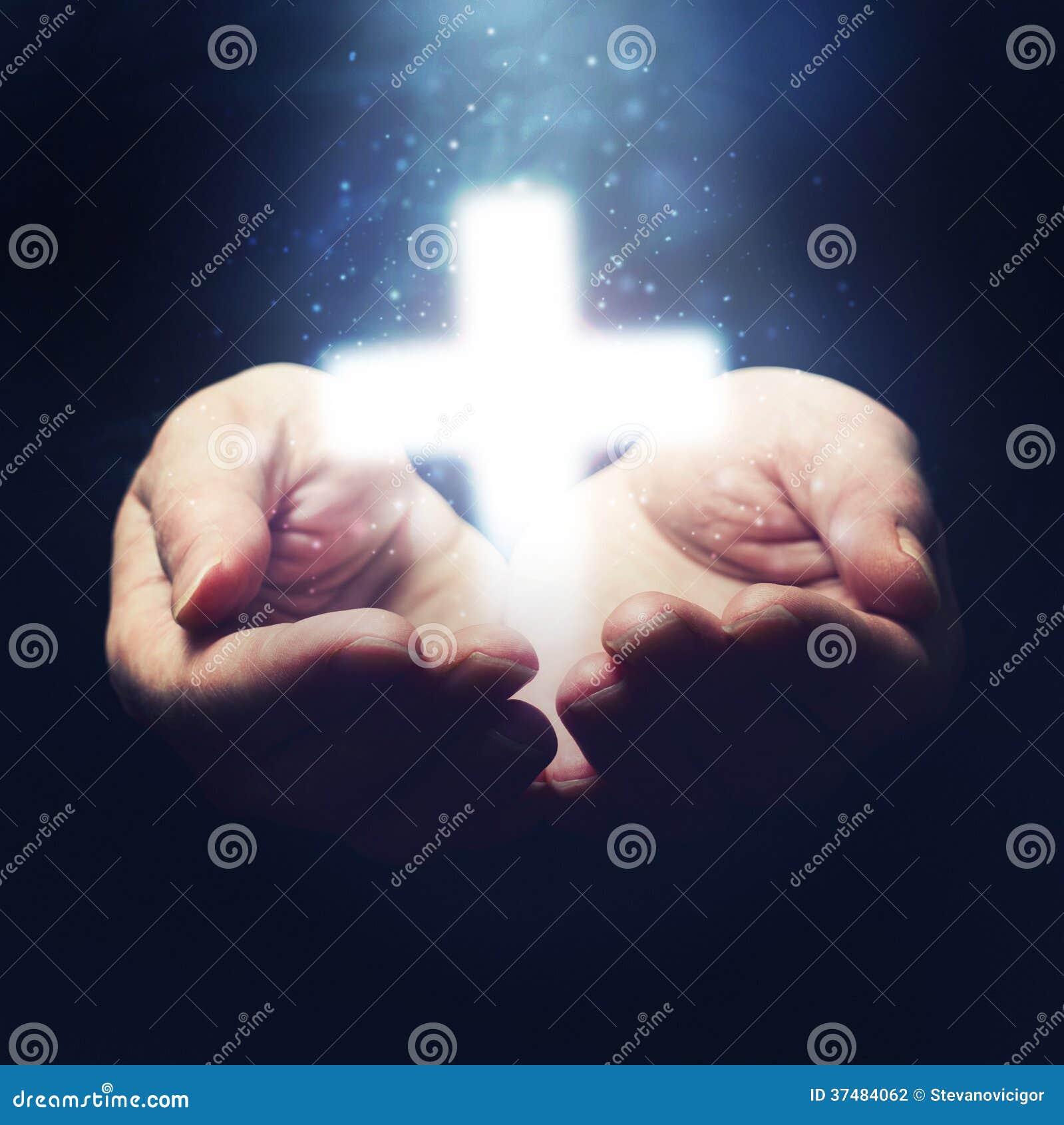 Öffnen Sie die Hände, die Christentumskreuz halten