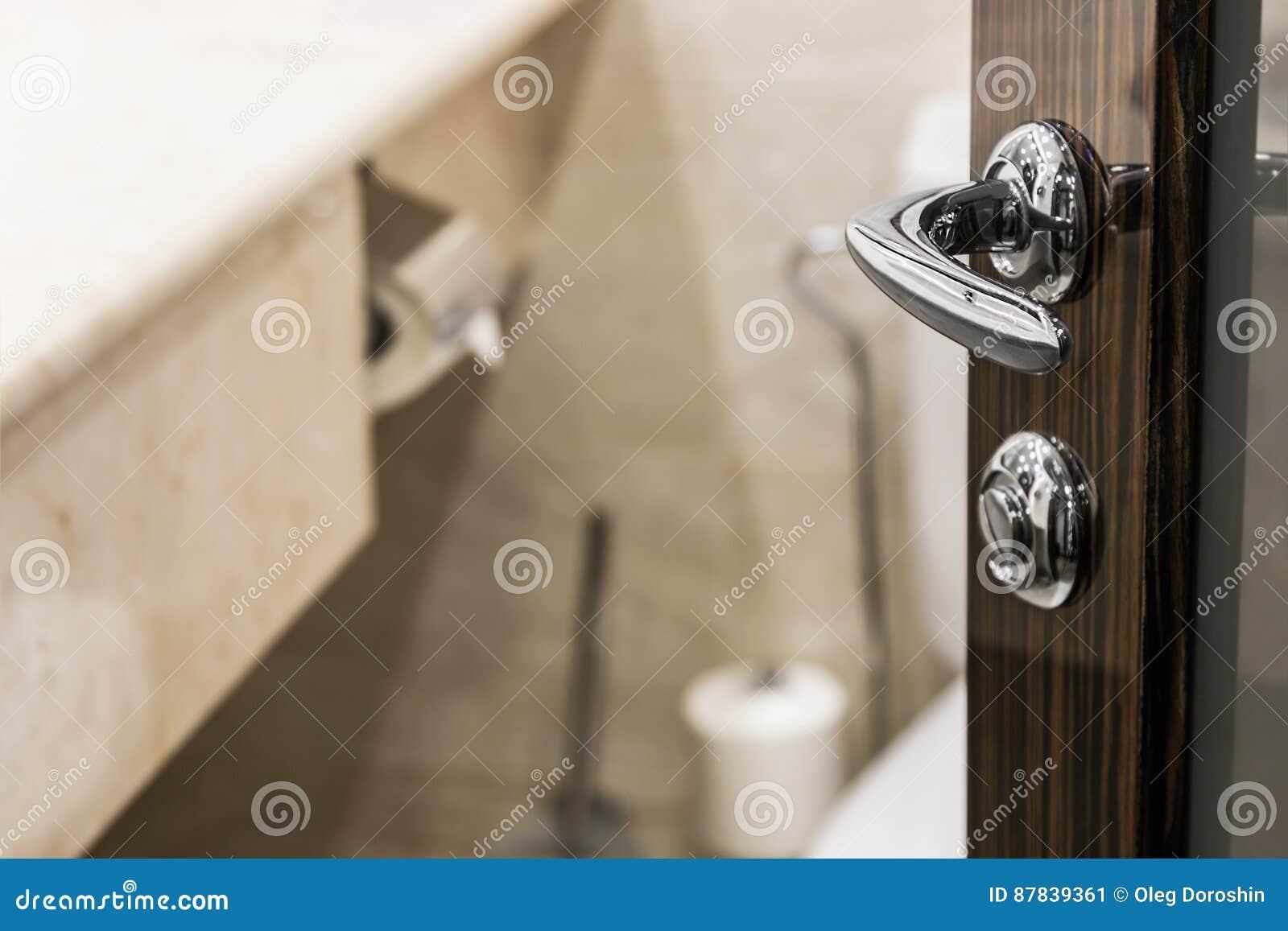 Großartig Öffnen Sie Die Tür Ins Badezimmer