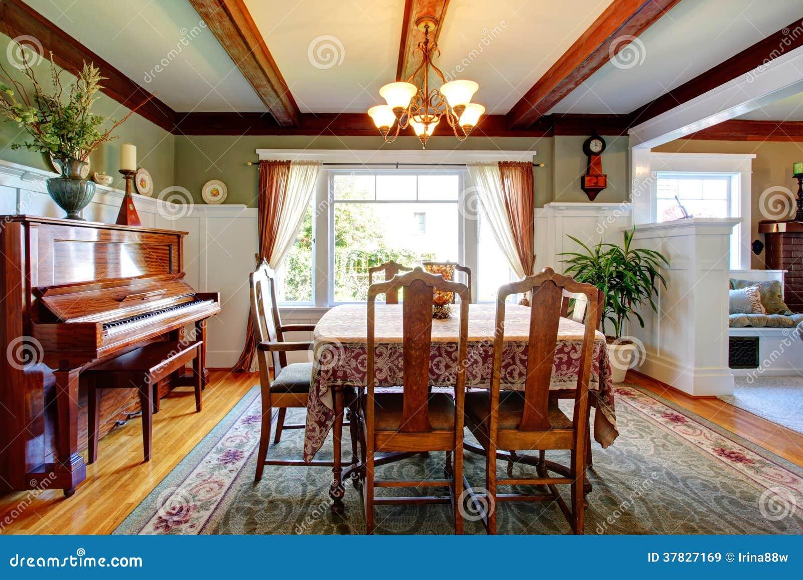 Öffnen Sie Esszimmer Der Wandgestaltung Mit Klavier