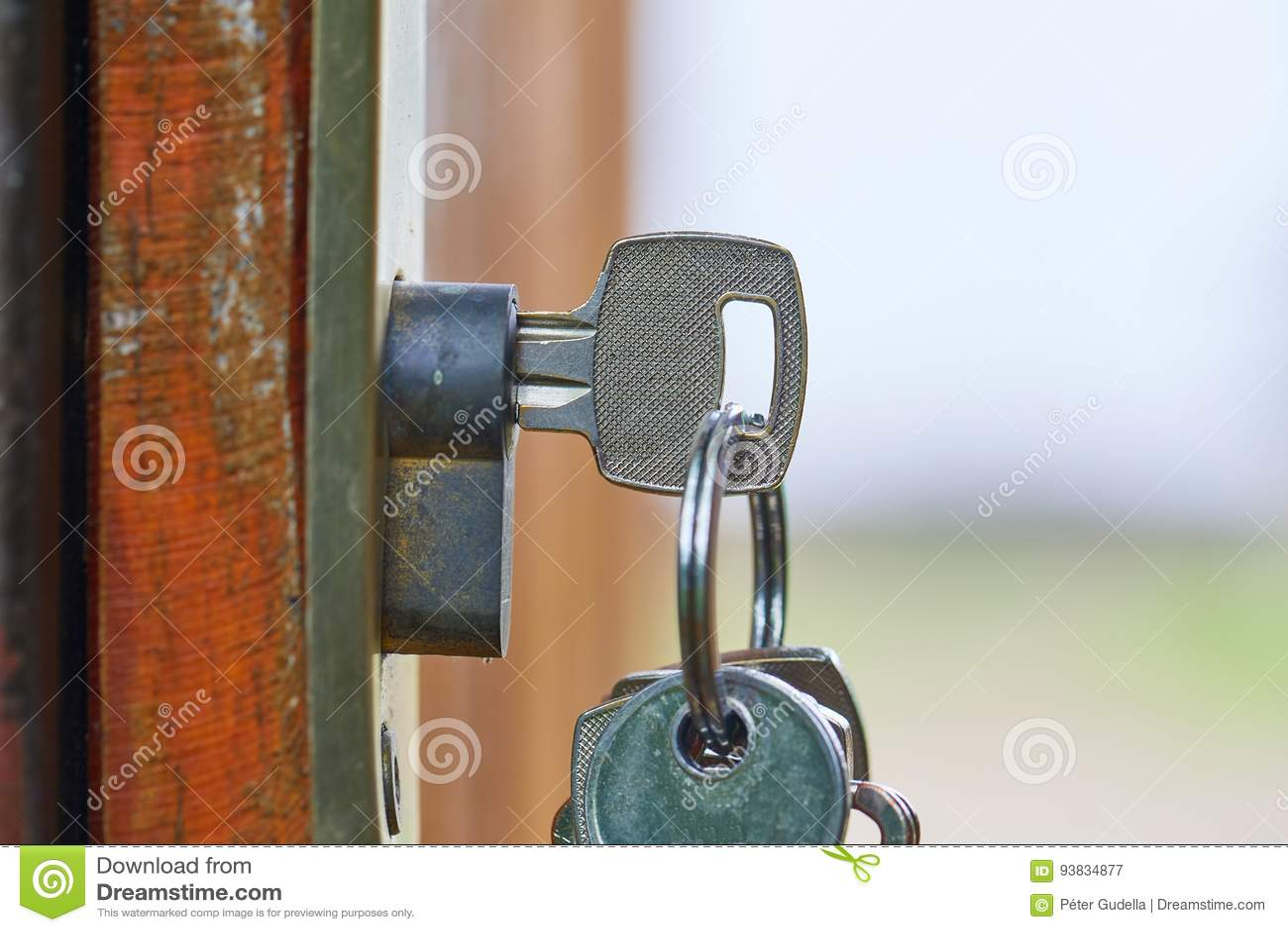 Öffnen sie gartentor mit schlüssel stockbild - bild von verriegelung