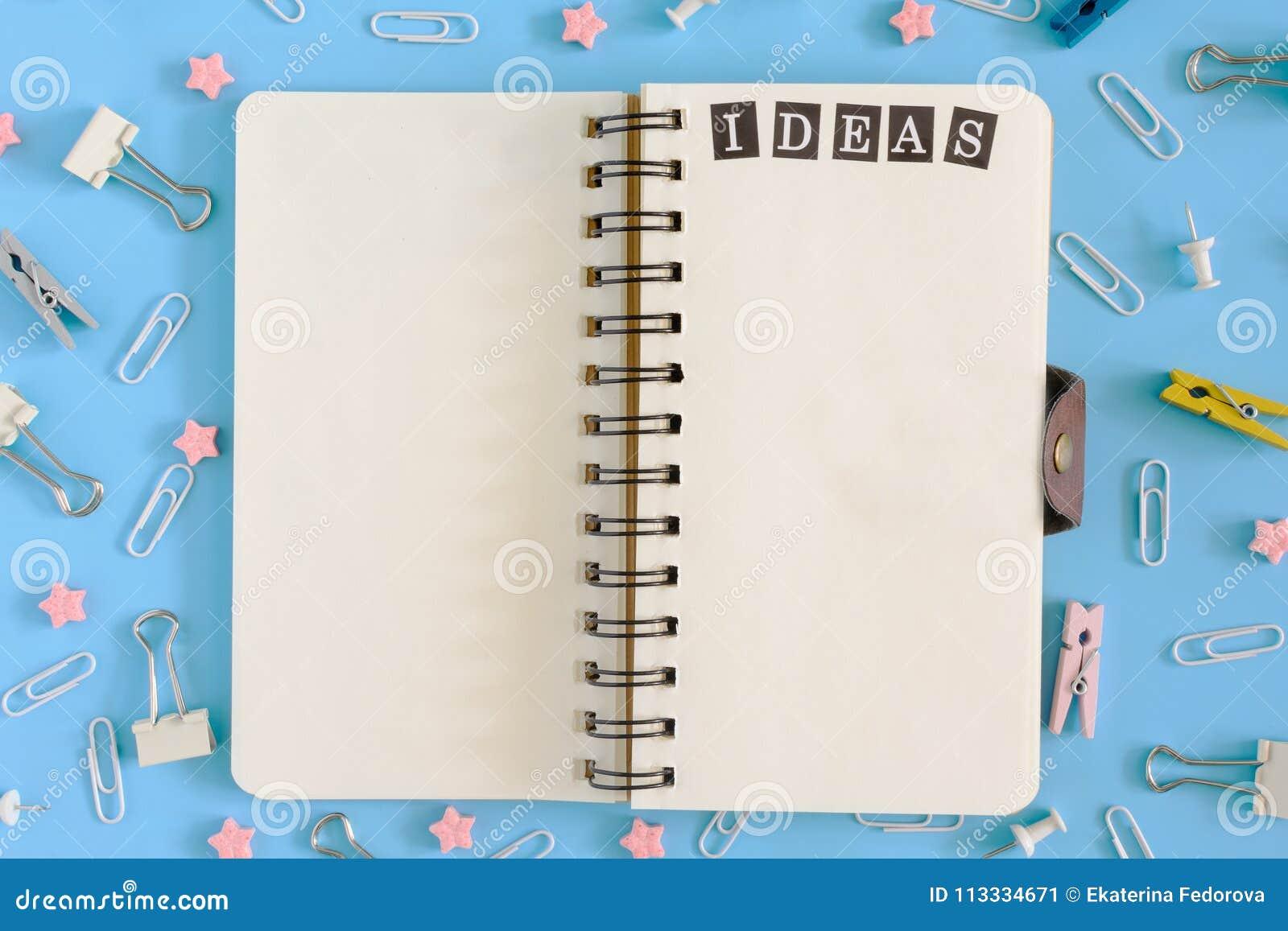 Öffnen Sie Notizbuch auf den Frühlingen mitten in der Verwirrung des Briefpapiers Aufschrift-Ideen auf der weißen Seite clips