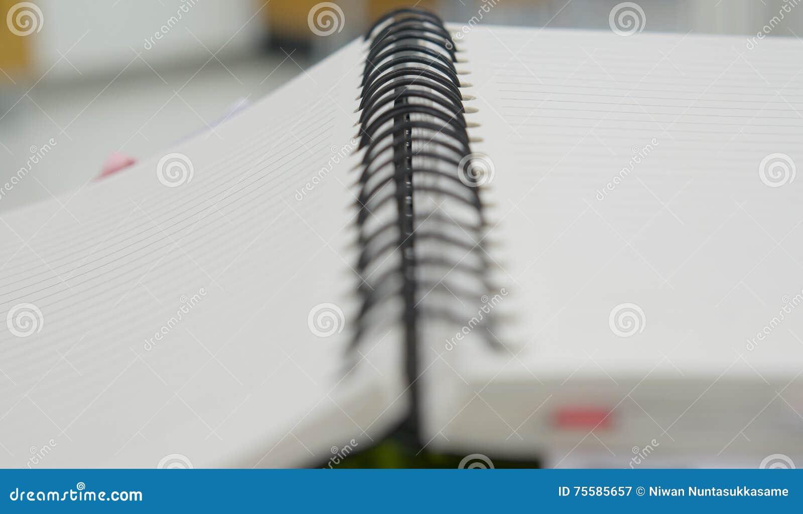 Öffnen Sie sich vom Mappennotizbuch