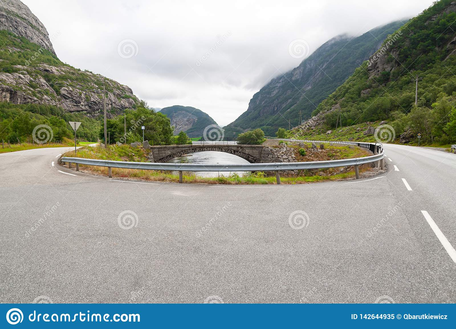 Öffnen Sie Straße Wende Leere Straße ohne Verkehr in der Landschaft Landwirtschaftliche Landschaft Szenischer Weg Ryfylke norwege