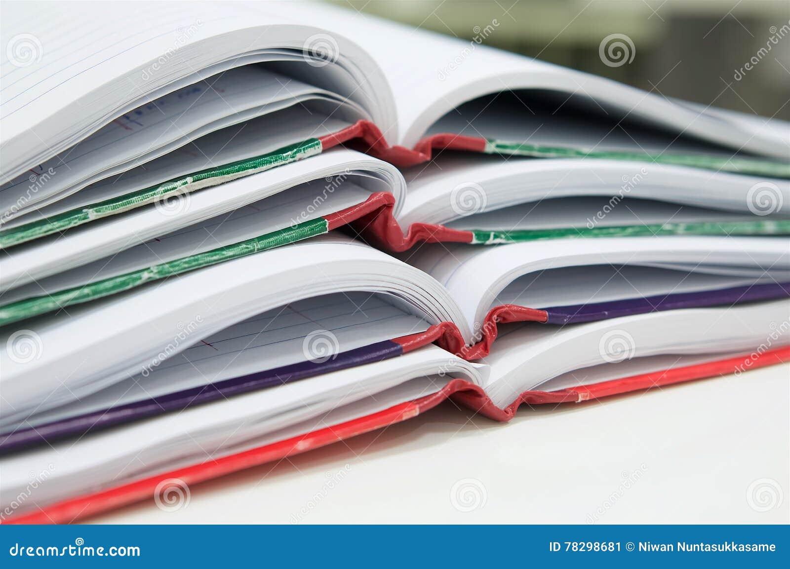 Öffnen Sie von vielen Berichtsbuch auf Schreibtisch