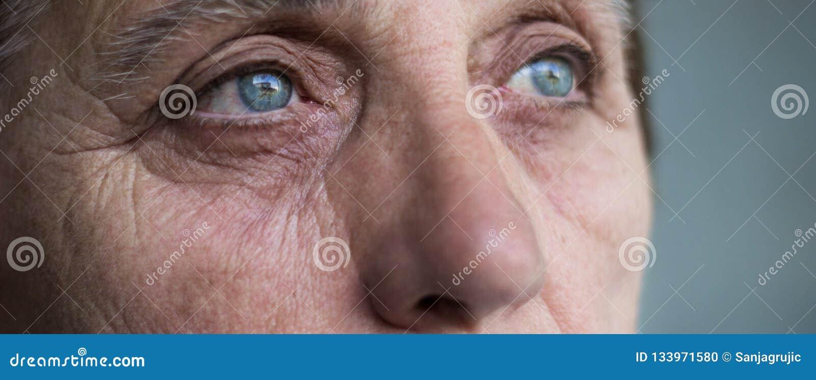 Ögon av en hög kvinna