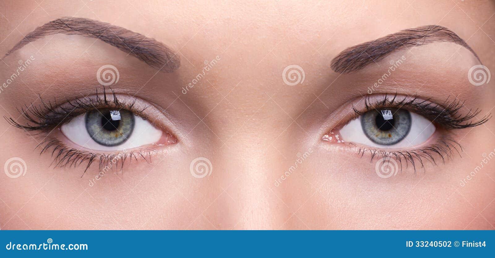 Ögon av en ung kvinna