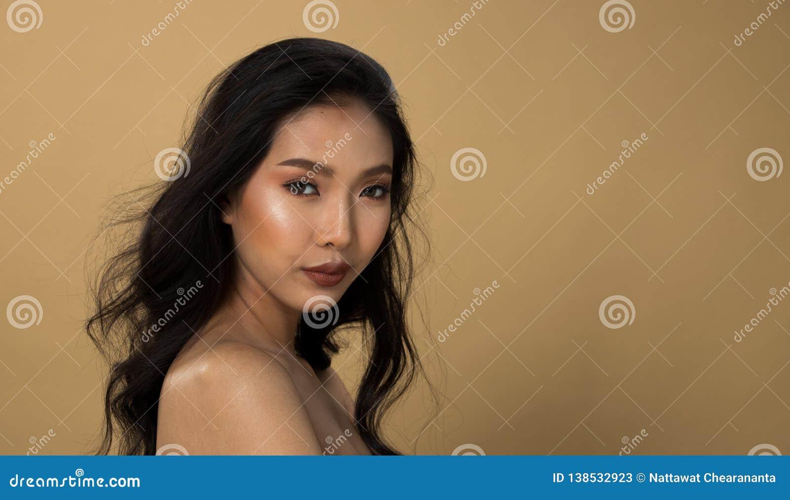 Ögon för svart hår för hud för asiatisk kvinna för mode solbrända