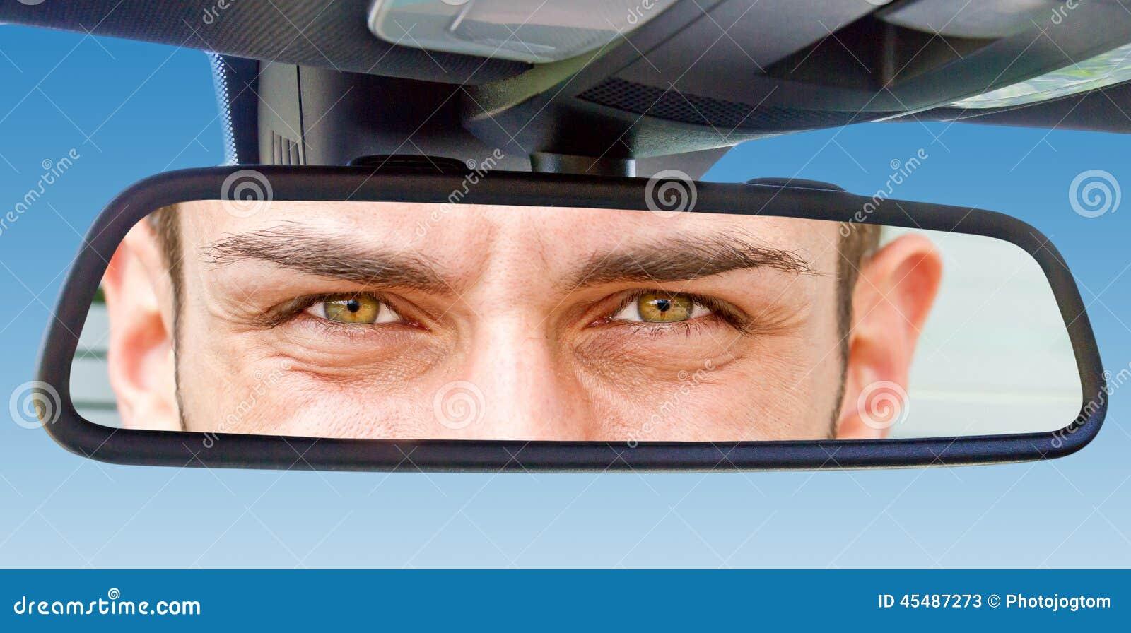 Ögon i en bilspegel
