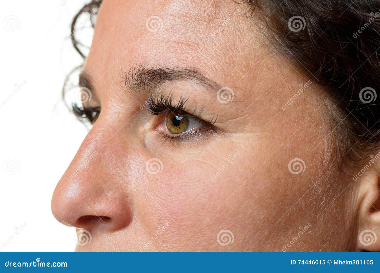Ögon och näsa av en attraktiv kvinna