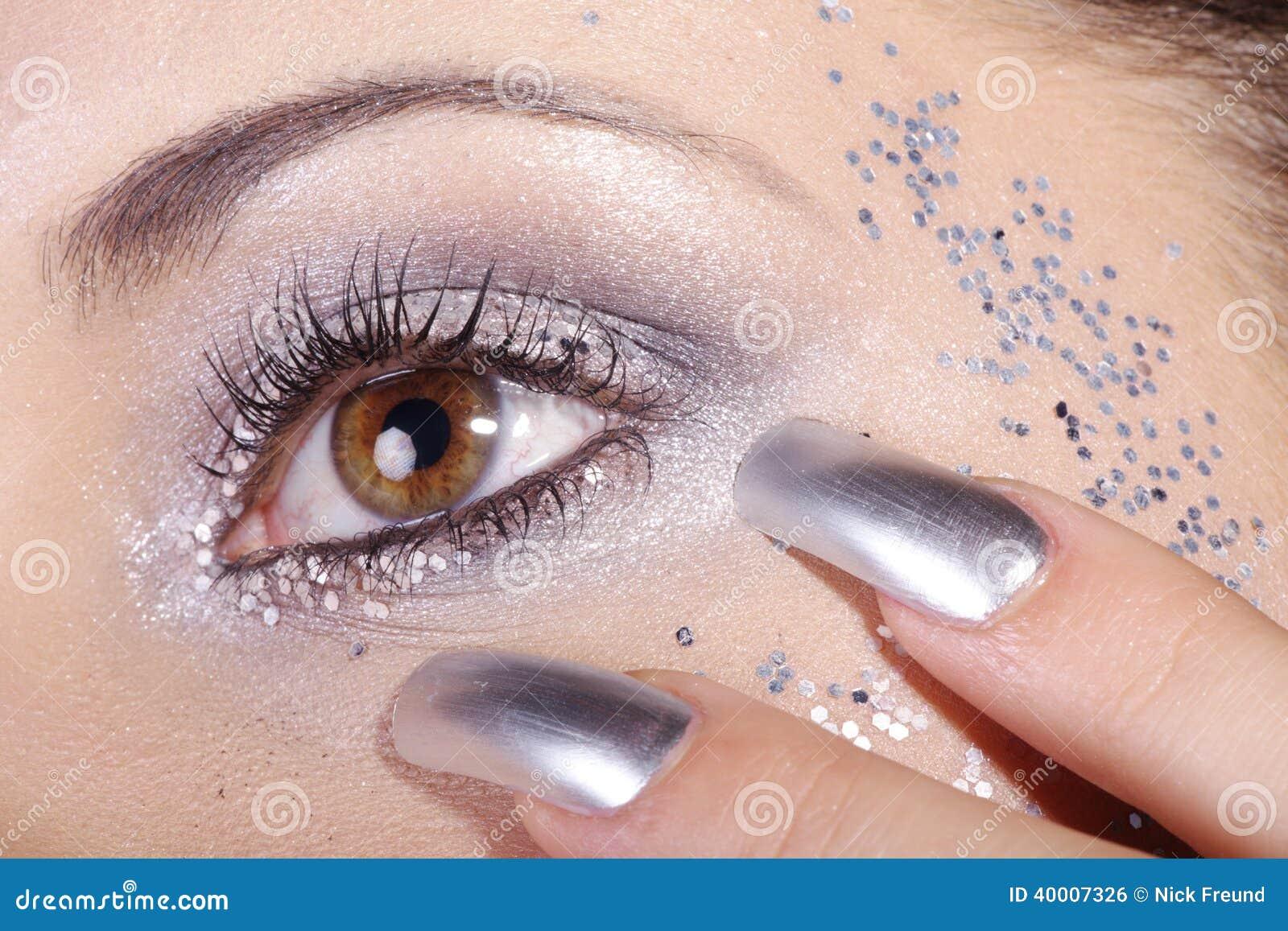 Ögon och spikar i silver