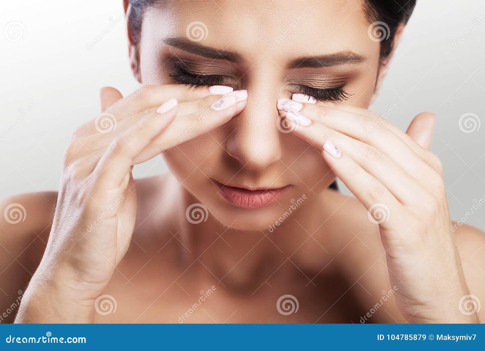 Ögon smärtar den härliga olyckliga kvinnan som lidande från starkt öga smärtar Closeupstående av en ledsen kvinnlig känslaspännin