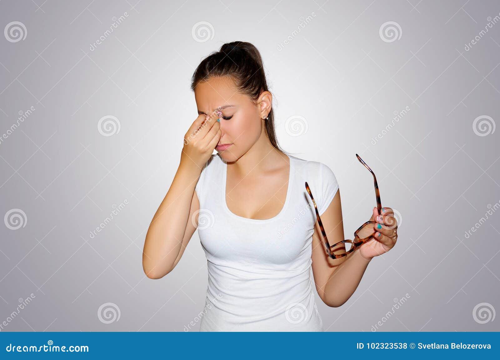 Ögon smärtar Härligt trött olyckligt kvinnalidande från starkt öga smärtar Closeupstående av den ledsna kvinnlign Känsla av spänn