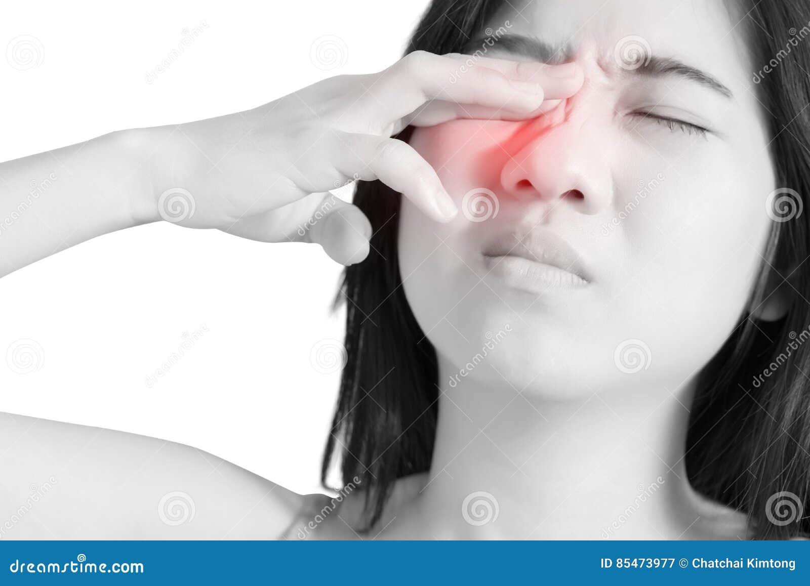 Ögon smärtar och ögonbelastning i en kvinna som isoleras på vit bakgrund Snabb bana på vit bakgrund