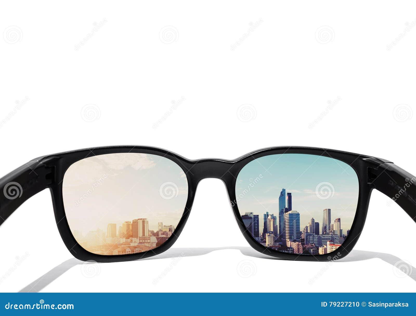Ögonexponeringsglas som ser till staden, beskådar, fokuserat på exponeringsglaslinsen