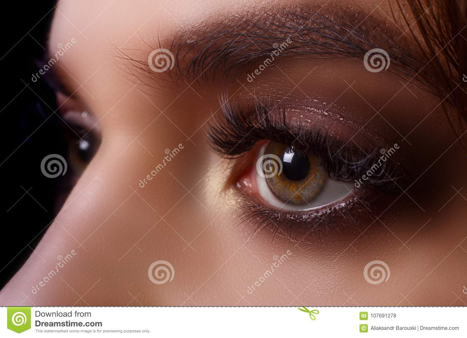 Ögonfransförlängningstillvägagångssätt Kvinnaöga med långa ögonfrans efter förlängningstillvägagångssätt Vita ögonfrans Stranda a