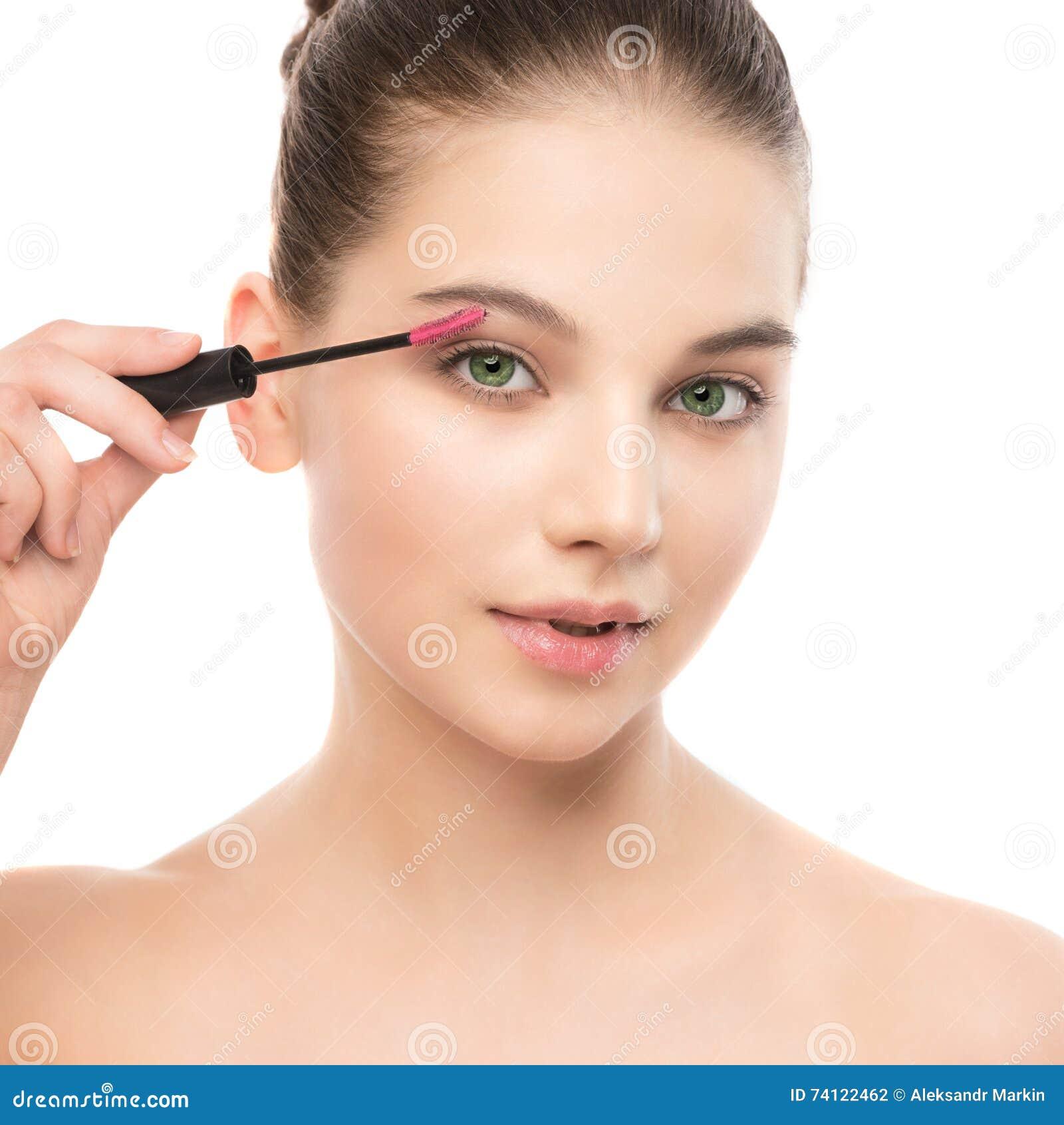 Ögonsminket applicerar Mascara som applicerar closeupen, långa snärtar Makeupborste isolerat