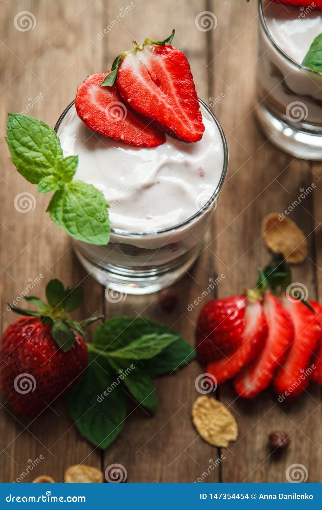 Öken med yoghurt och nya jordgubbar