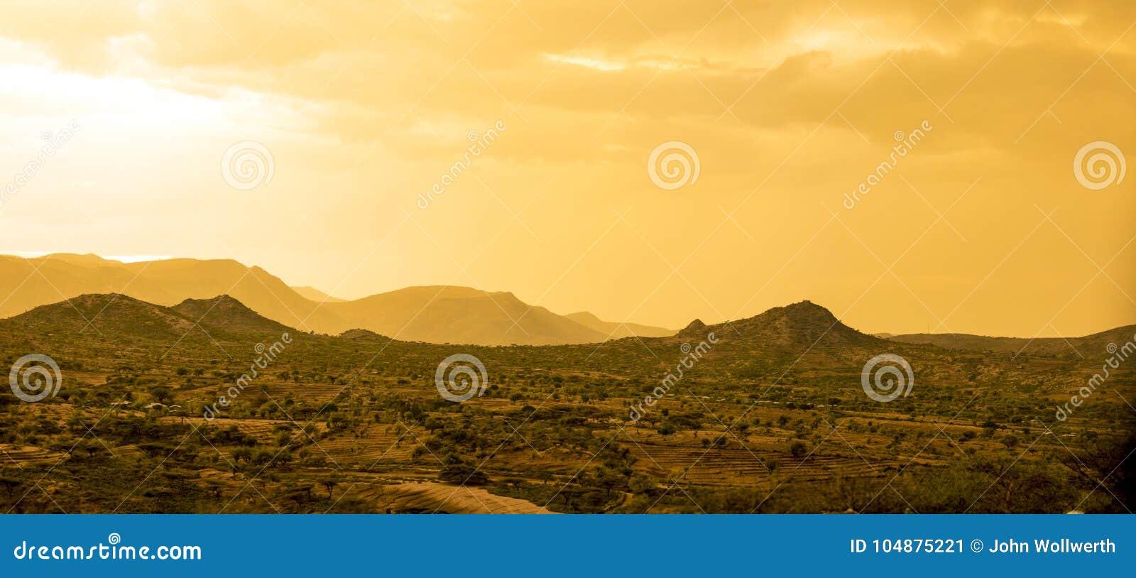 Öken och berg i öknen nära Etiopien, Somalia, D