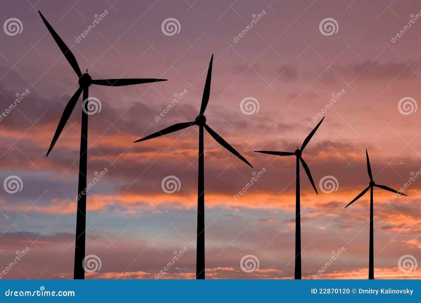 Ökologieenergiebauernhof mit Windturbine