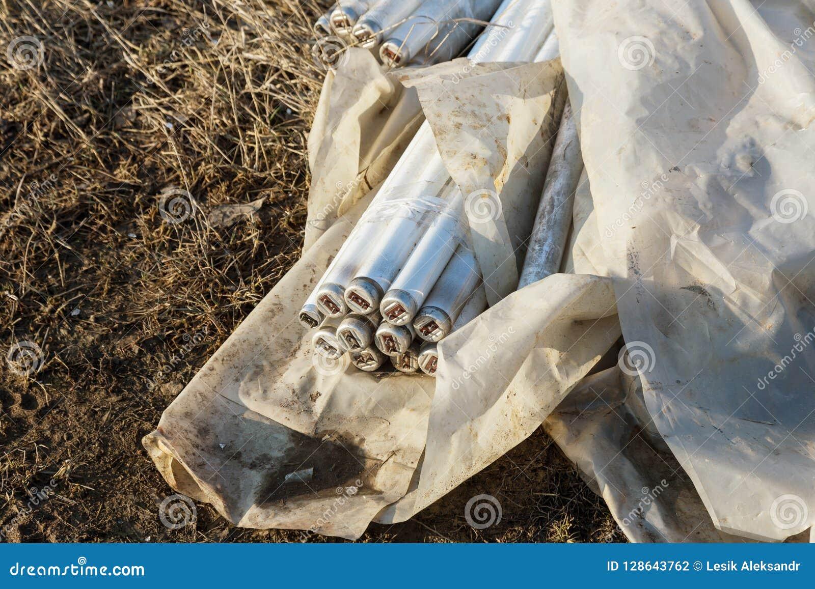 Ökologisches Problem, Unfall Kriminelle Beseitigung von Leuchtstoffquecksilberlampen, E-Abfall ökologisches Krisenfoto Umweltverg
