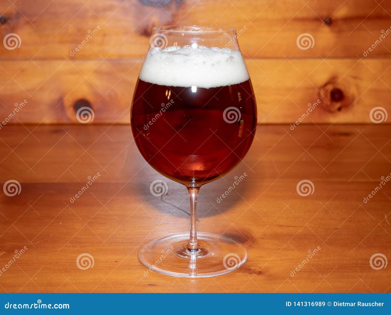 Öl eller öl i en Tulip Shaped Glass