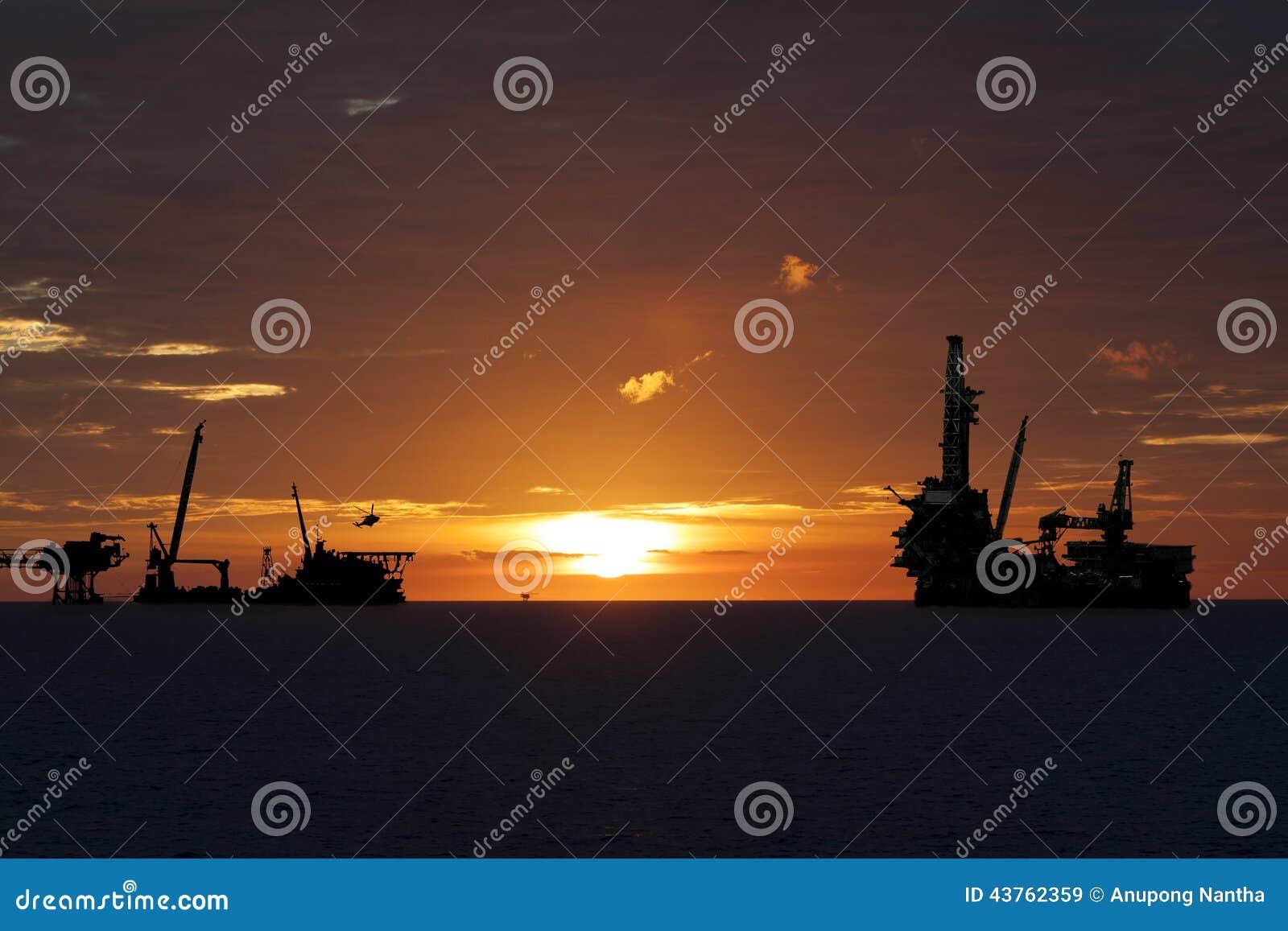 Öl- und Gasindustrie herein in Küstennähe, die Bauplattform des Produktionsverfahrens, schwerer Job oder Schwerindustrie