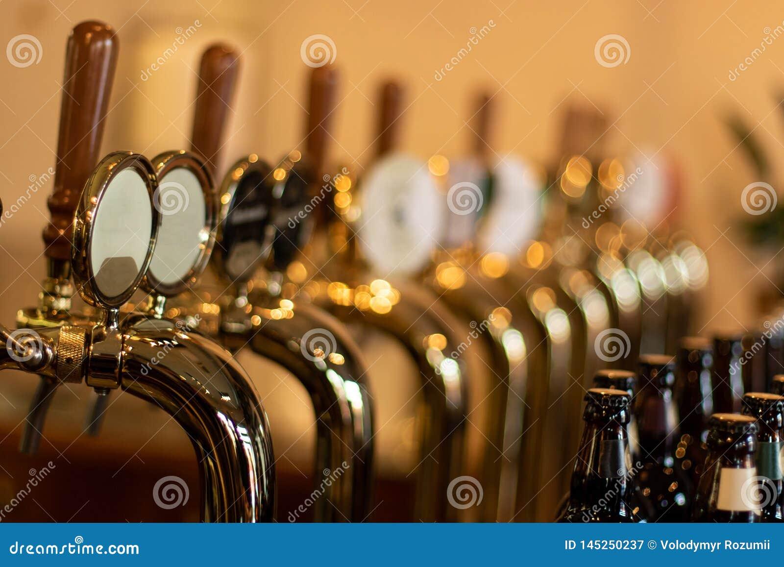 ?let knackar l?tt p? i en bar med olik kinde av hantverk?l