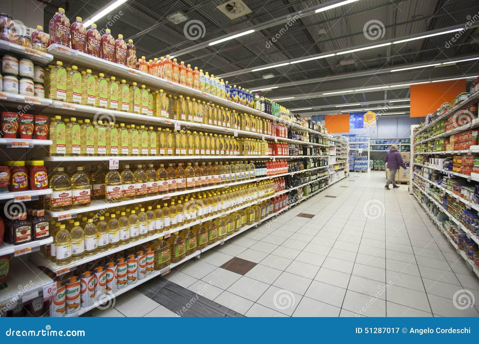 Ölflaschen auf den Regalen eines Speichers